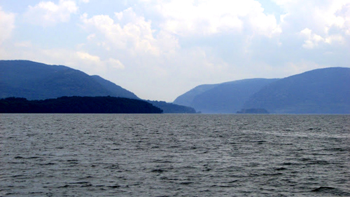 View of the Hudson River from the Sloop Clearwater / Geoff Welch